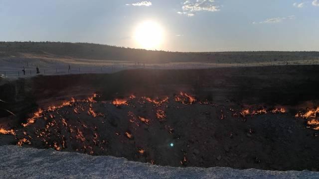 トルクメニスタンの地獄の門の夕暮れ